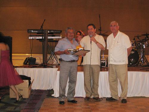 Jesus Enriquez, Presidente saliente de Amitra, con el Ing. Dircio y Javier Castillo
