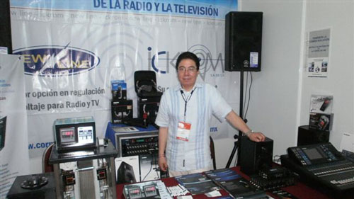 Ing. Roberto Reyes en su stand de Ickrom