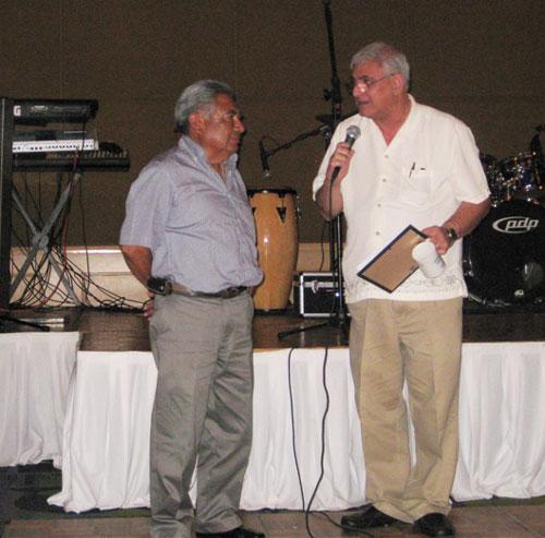 Leonardo Dircio (l) receiving award from Javier Castillo