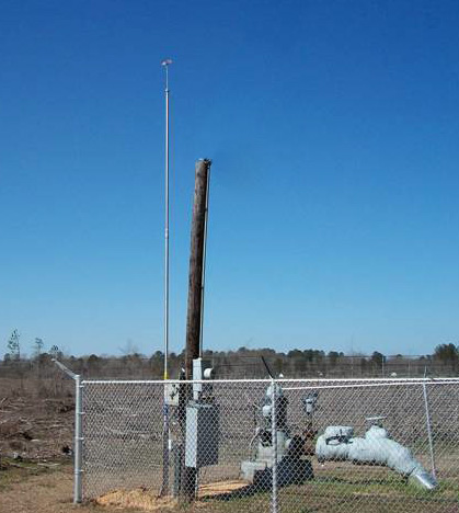 Cabezal de pozo de Crossett  protegido por un mastil contra rayos de LBA Technology PLP-22